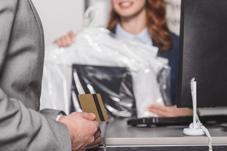 klient płaci zapranie kartą
