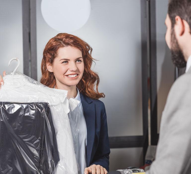 klient odbiera swoje pranie odpracownicy pralni